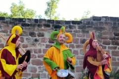 troubadours jouant de la cornemuse médiévale et des percussions