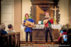 ménestrels donnant un concert dans une église