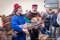 ménestrels donnant un concert en ville