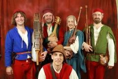 ménestrels posant avec leurs instruments médiévaux