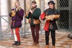 ménestrels jouant du nyckelharpa et de la guiterne