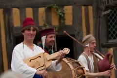 ménestrels jouant du tambour et de la cornemuse médiévale