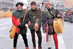 troubadours jouant de la  cornemuse médiévale et du tambour