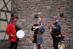 troubadours jouant du tambour et de la cornemuse médiévale
