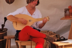 minstrel playing the lute