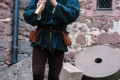 ménestrel jouant de la flûte en costume