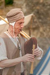 membre de l'ensemble Hauvoy jouant de la cornemuse médiévale