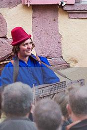membre de l'ensemble Hauvoy jouant du nyckelharpa devant plusieurs personnes